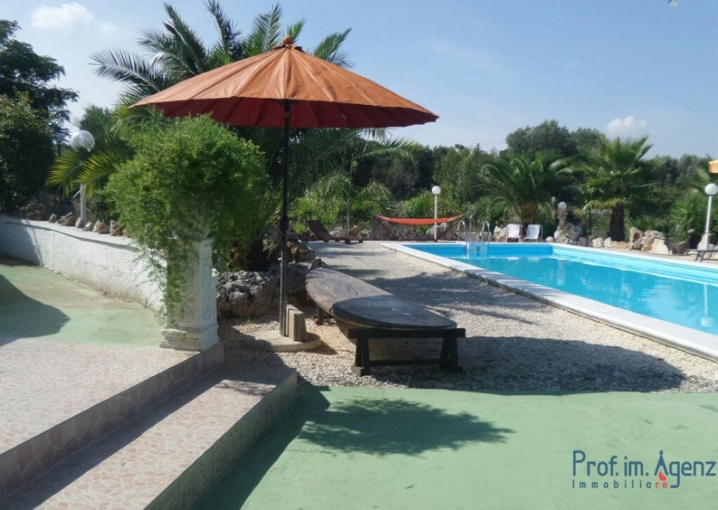 Sale Houses with swimming pool Ceglie Messapica - Villa with trullo and pool Locality Agro di Ceglie Messapica