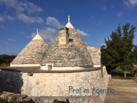 Trullo and lamia complex with swimming pool