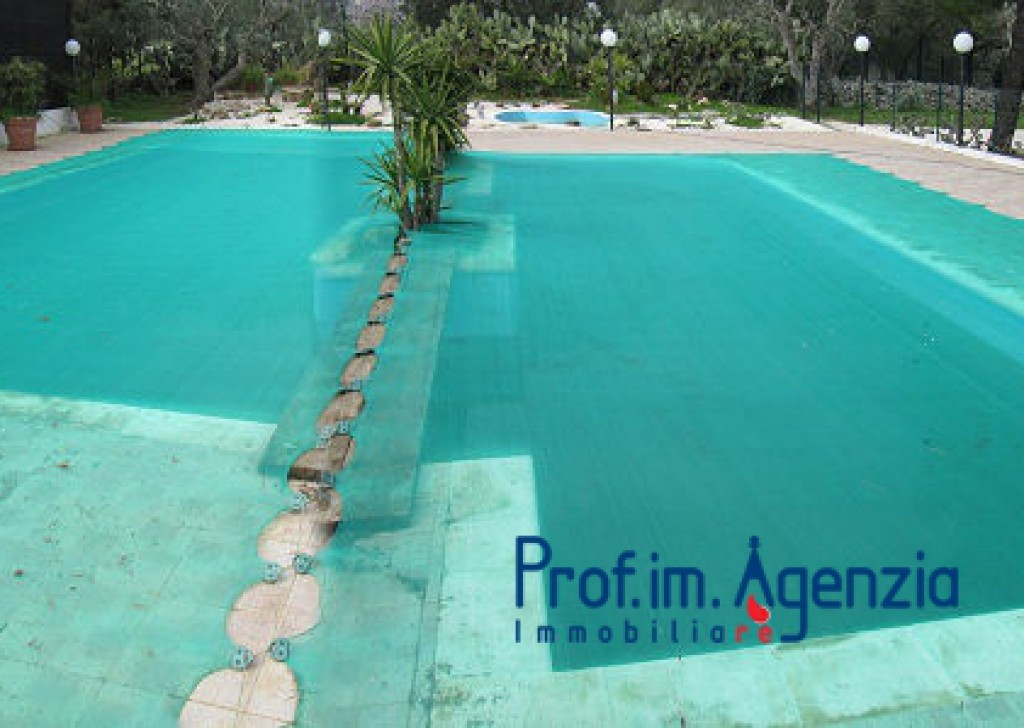 Sale Houses with swimming pool Ostuni - Prestigious detaching house with swimming pool  Locality Agro di Ostuni
