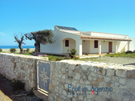 Magnificent villa on the beach, only at 10 m to the beach