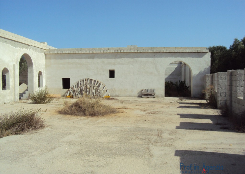 Sale Manor farms Squinzano - Wonderful farm in a rough state consists of two buildings Locality Agro di Squinzano
