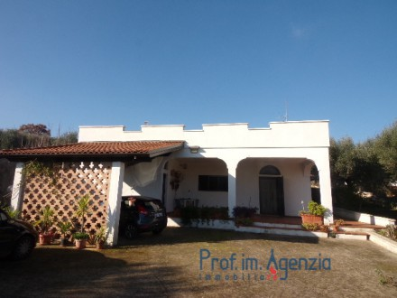 Interesting country house located in a very good position and close to the town