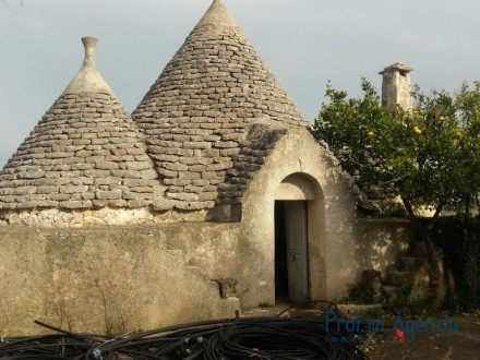 Complex of trulli and lamia