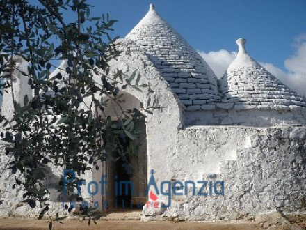 Beautif and pretty trullo with 5 cones alcoves and fire place