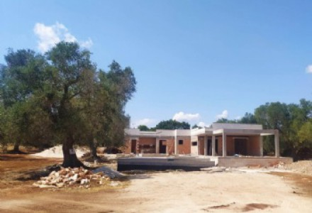 Villa with swimming pool in its raw state